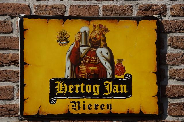 Hertog-Jan Bieren reclamebord aan de muur van Cafe De Zwaan Heukelum 19-09-2020