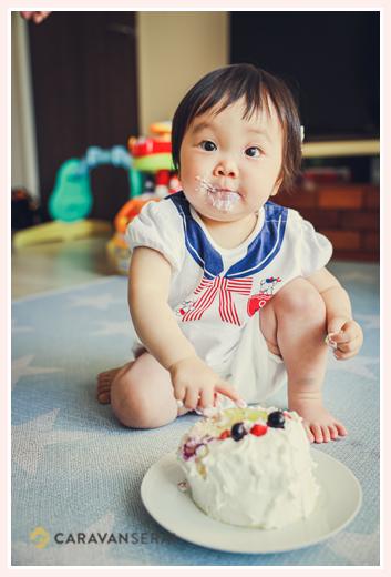 ケーキを食べてお口の周りが白くなった小さな子