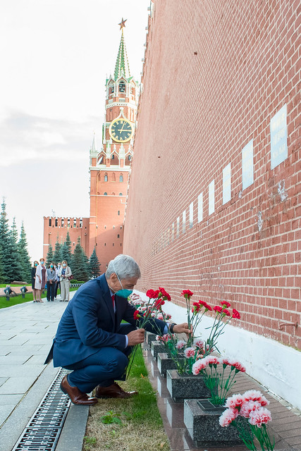 Mark Vande Hei of NASA lays flowers at Red Square