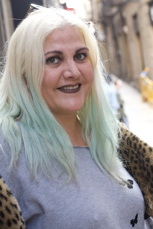 Maria, la Gran Dama del Barri Gòtic de Barcelona, elegant amb el vestir i amb el tracte, i sempre enfeinada. Captura feta al carrer Rauric , Barcelona.