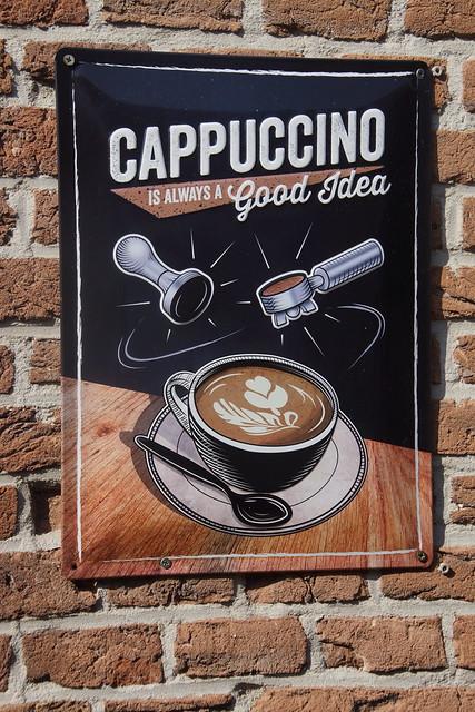 Cappuccino reclamebord aan de muur van Cafe De Zwaan Heukelum 19-09-2020