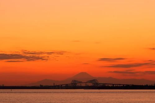 mtfuji mountain sunset goldenhour tokyobay tokyo chiba japan urayasu maihama sky water tokyogatebridge bridge
