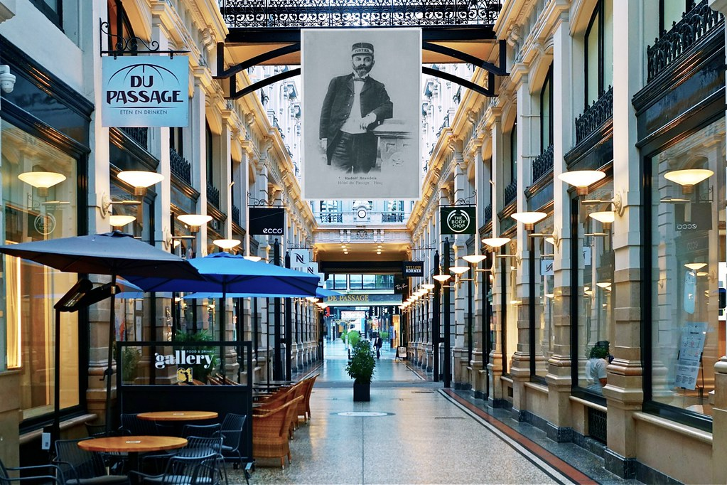 Rudolf Brandeis portier bij Hôtel du -Passage
