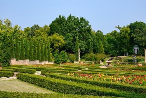 d610 nikon28105 landscape gardens philadelphiamuseumofart photoshopelements2020 hedges zinnia trees arborvitae poeple luminar4 viewnx2 adjustsharpness nikdfine