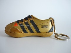 VINTAGE ADIDAS AZTECA GOLD 1968 RUNNING SHOE KEYHOLDER