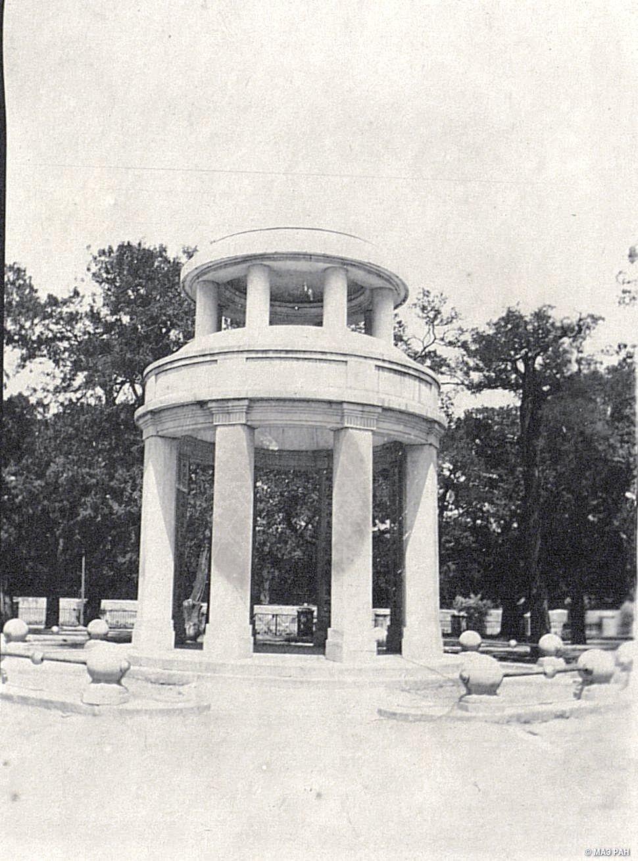 14. Павильон в парке