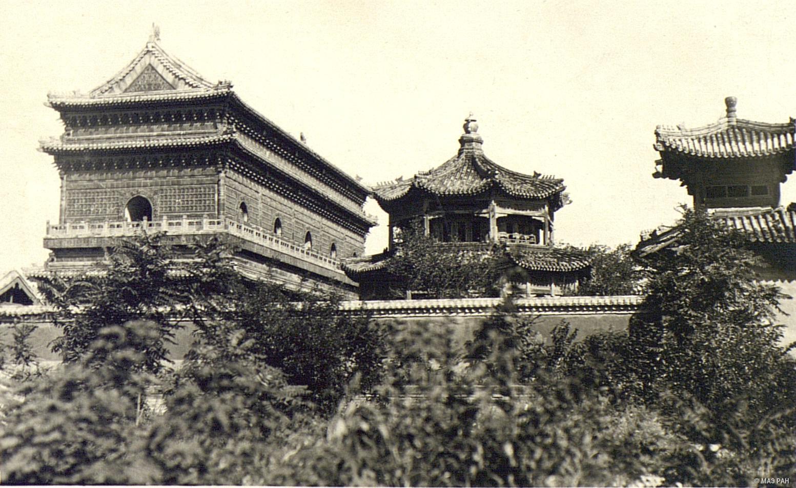 11. Храм в парке Бэйхай