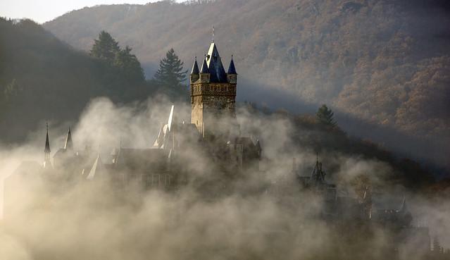 Reichsburg Cochem verhüllt im Nebel