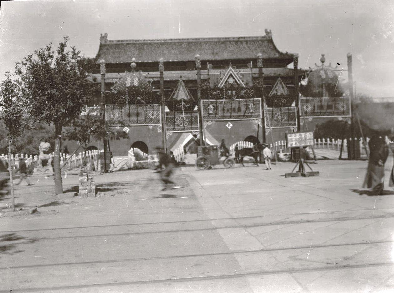 02. Вид на императорский дворец в день Конституции