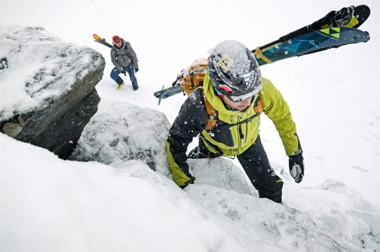 Materiál a konstrukce helmy pro skialpinismus a skitouring