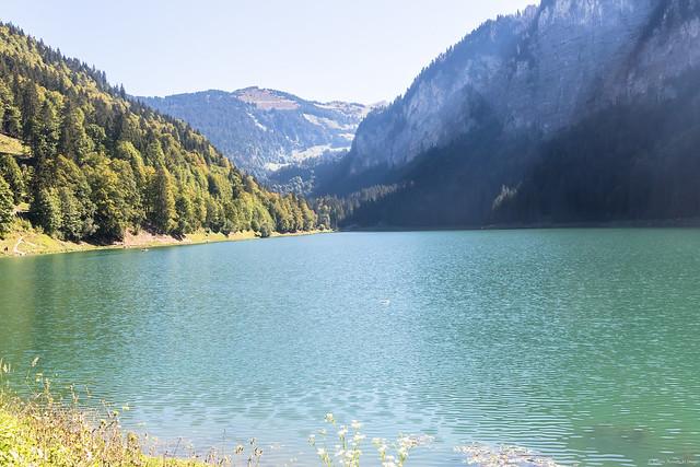 Au pied de la montagne le lac