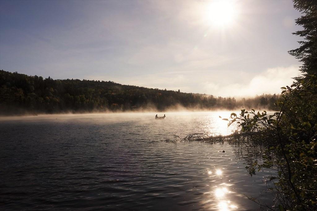 Pêche matinale, dans la brume. La journée sera belle! Foggy morning to go fishing!  In Quebec.