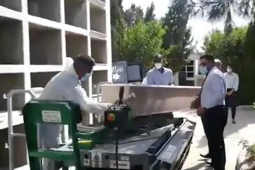 Momento en que se procede al entierro  de uno de los inmigrantes