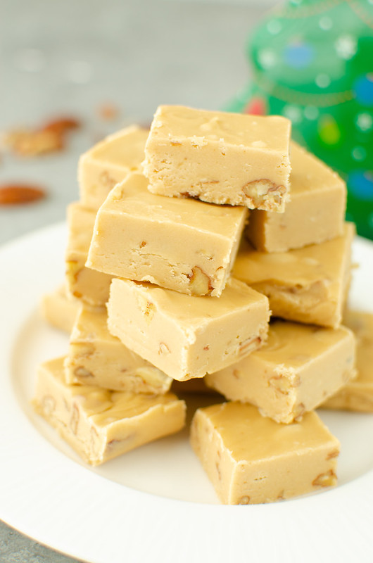 Bourbon Praline Fudge - quick and easy fudge that tastes just like homemade pralines! With just a hint of bourbon and a crunch of pecans. Your holiday cookie tins need this fudge!