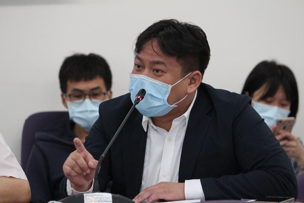立法委員洪申翰反對夏天調降空污費。