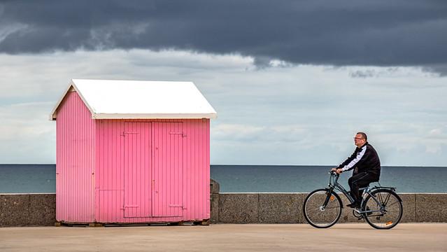 Le cycliste et la cabine rose