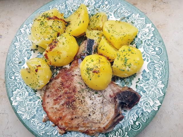Kotelett mit Schmorkartoffeln