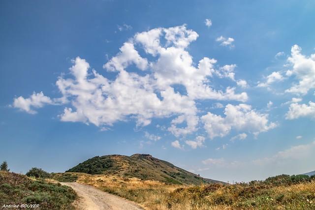 Dans le Massif Central, nuages, Cantal