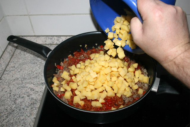 17 - Put diced potato in pan / Kartoffelwürfel in Pfanne geben