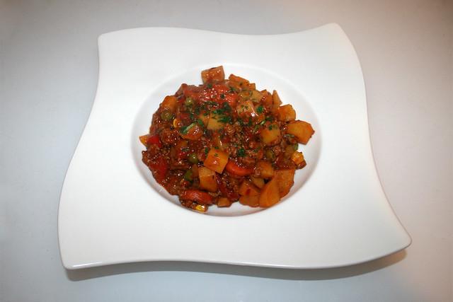 29 - Hearty farmer's pot - Served / Herzhafter Bauerntopf - Serviert