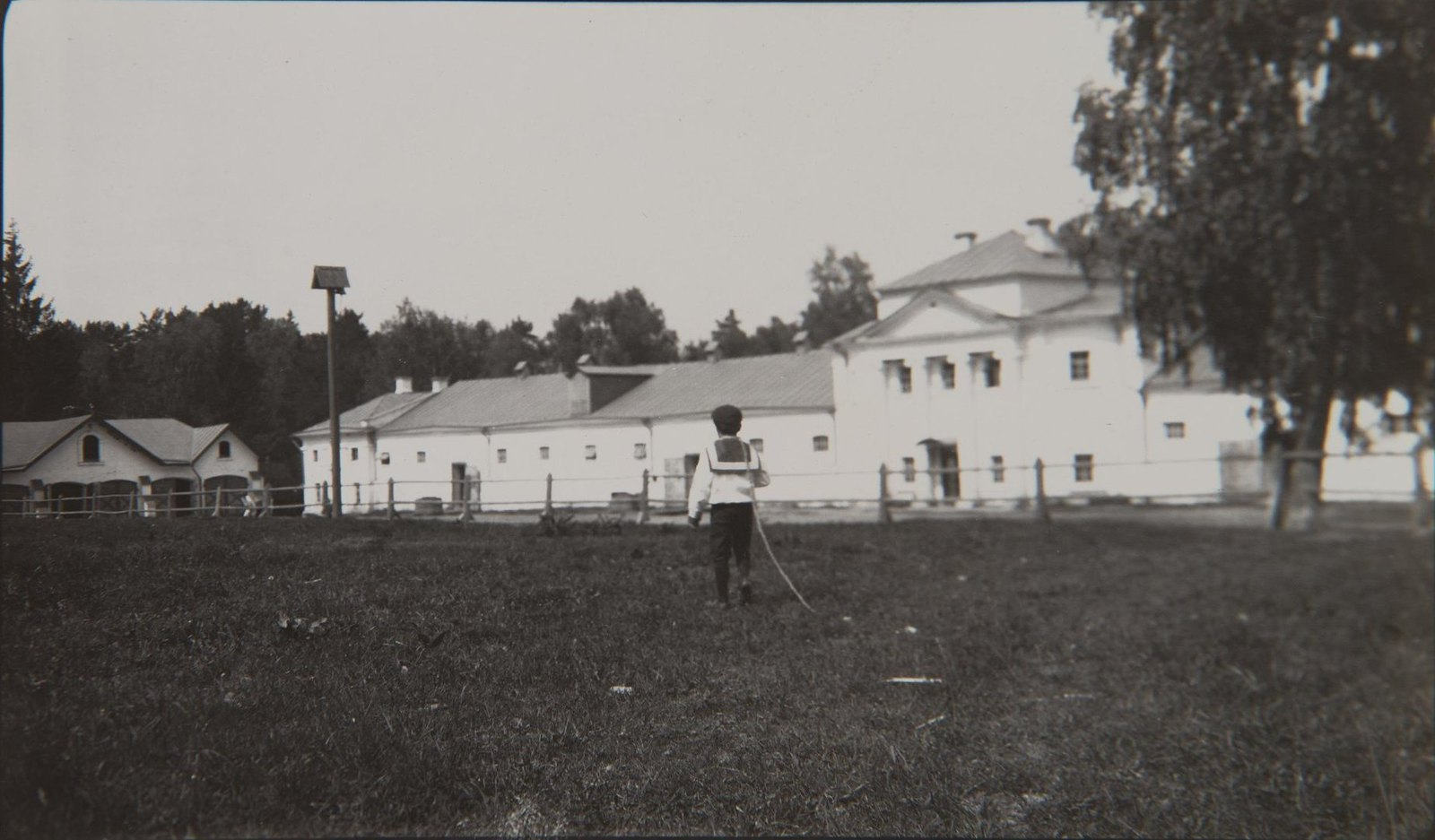 1911. Дмитрий Гудович на конном дворе во Введенском