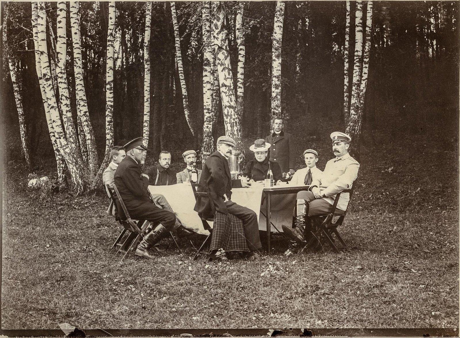 1890-е.Князь Феликс Феликсович Юсупов с женой и сыном Феликсом на пикнике
