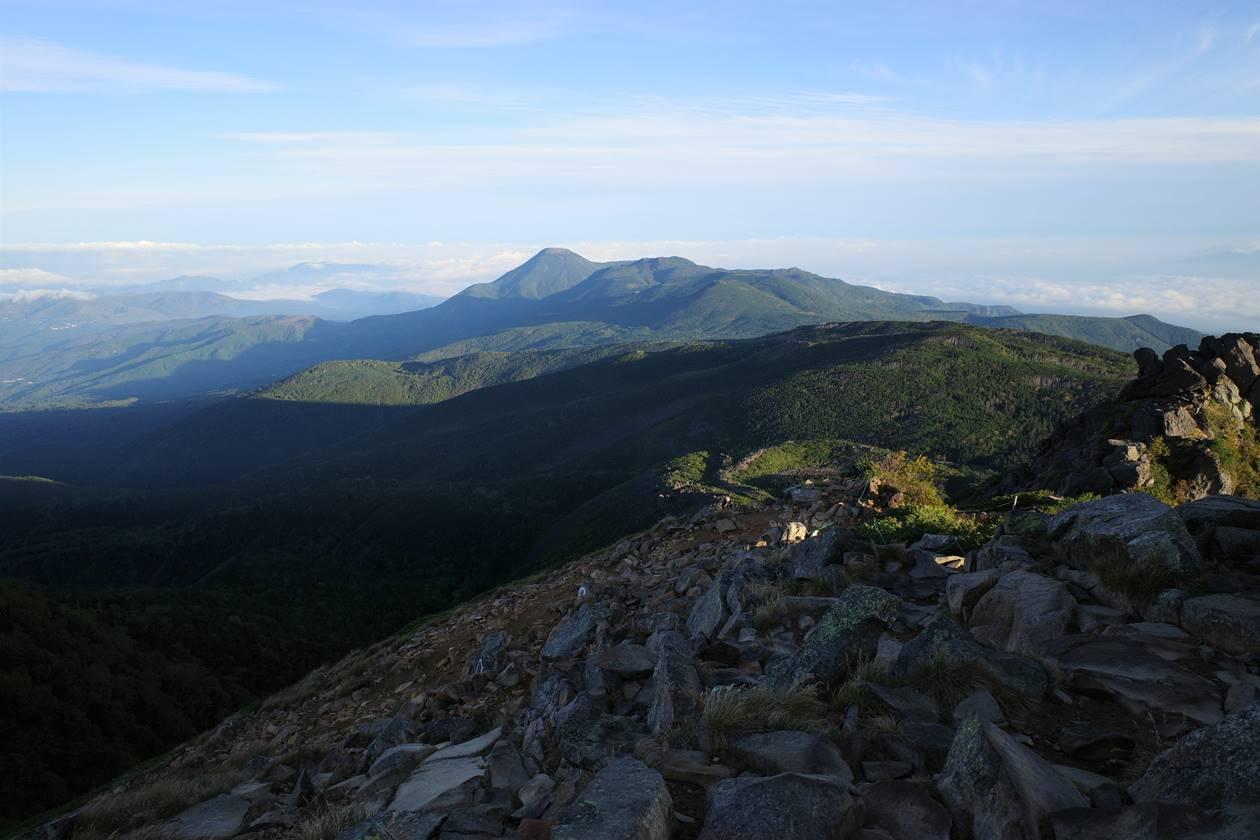 天狗岳から眺める蓼科山