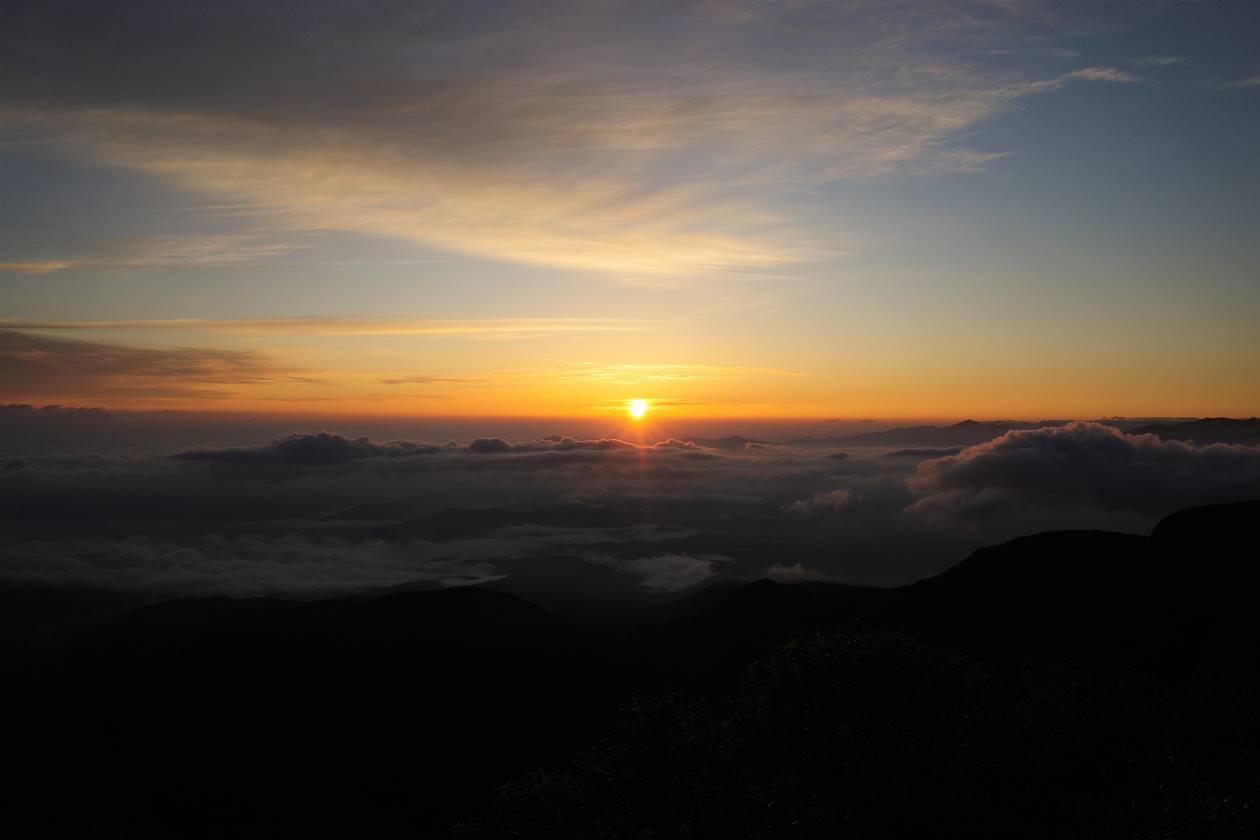 根石岳山頂からのご来光と雲海
