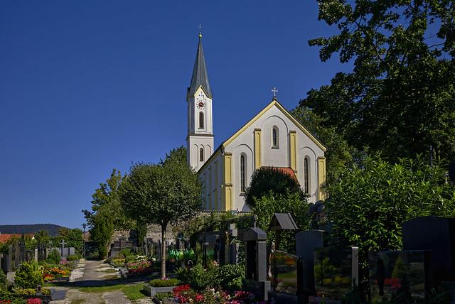 Die Pfarrkirche hinter dem Friedhof