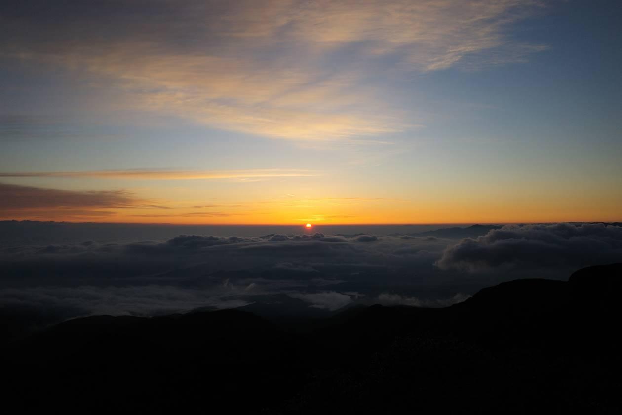 八ヶ岳・根石岳山頂から眺めるご来光