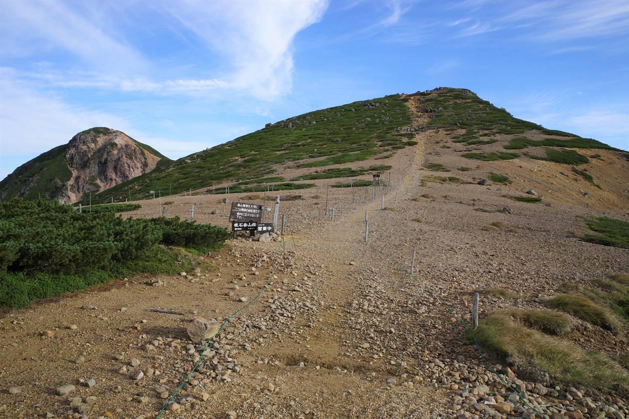 稜線から眺める根石岳と天狗岳