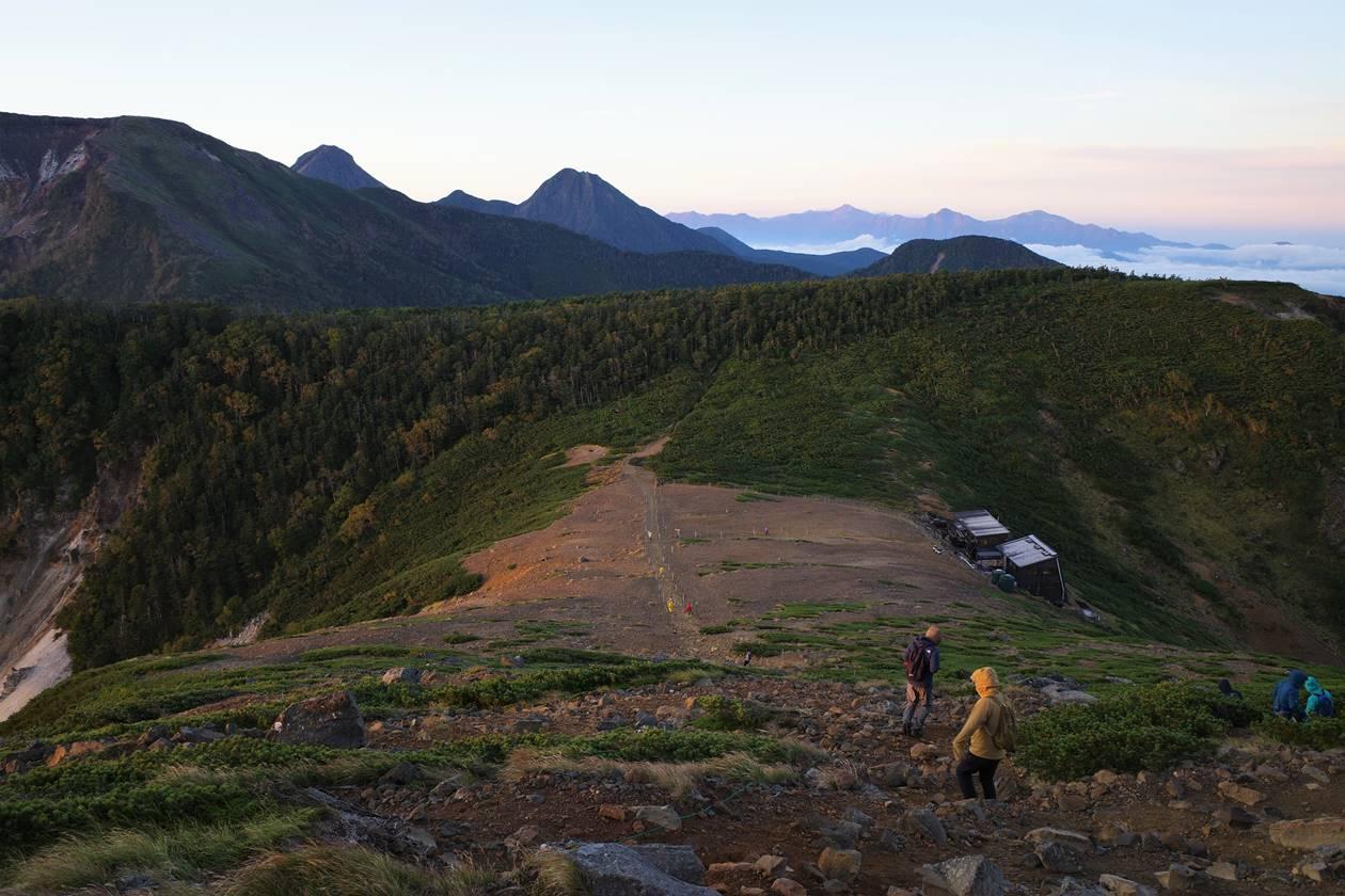 根石岳の稜線と根石岳山荘