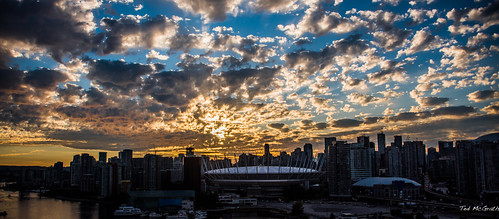 2020 bc britishcolumbia canada cropped nikon nikond750 nikonfx tedmcgrath tedsphotos vancouver vancouverbc vancouvercity vignetting clouds sunset sun vancouvercbd bcplace bcplacestadium falsecreek falsecreekeast eastfalsecreek rogersarena buildings sky wideangle widescreen cans2s
