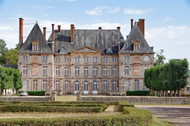 Vallon-en-Sully (Allier) : château du Creux