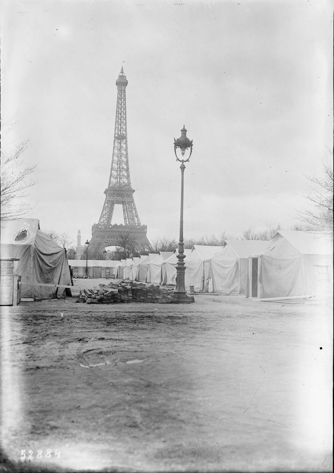1919. На Марсовом поле казармы, предназначенные для приема американских солдат в увольнительных