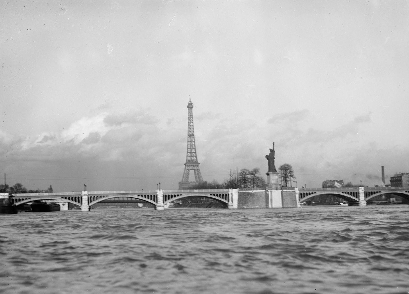1919. Вид на Эйфелеву башню и мост Гренель через реку Сену