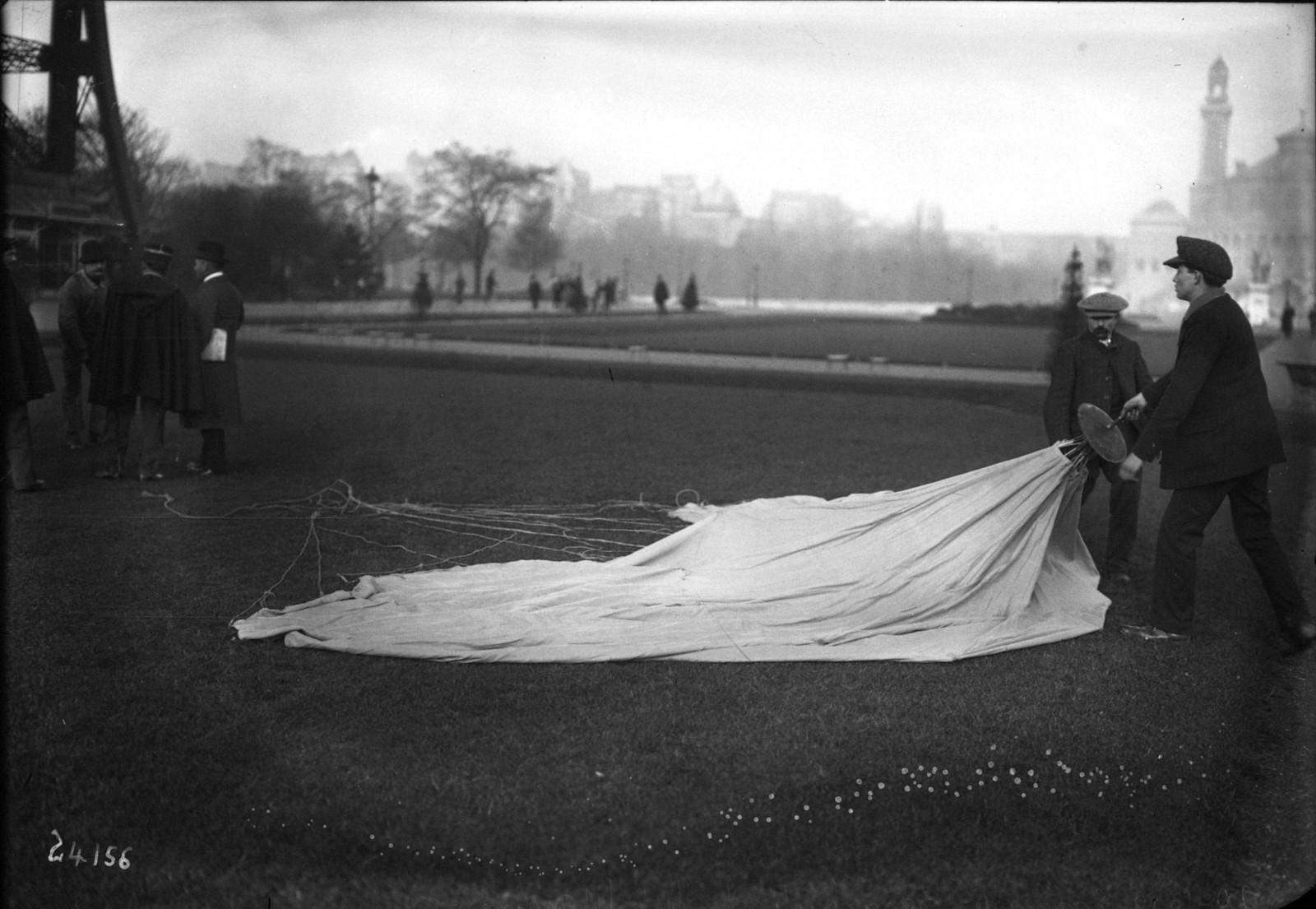 1912. Парашютные испытания М. Майу на Эйфелевой башне. 20 октября