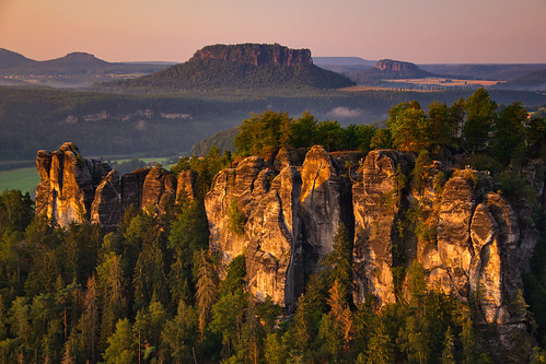 sunrise dawn sunrisepink glow sandstone rock monolith wall cliff tablemountain tree forest pine valley elbtal elbsandsteingebirge bastei gohrisch gohrischstein lilienstein pfaffenstein sky saxonswitzerland sächsischeschweiz saxony sachsen germany deutschland nikond3100