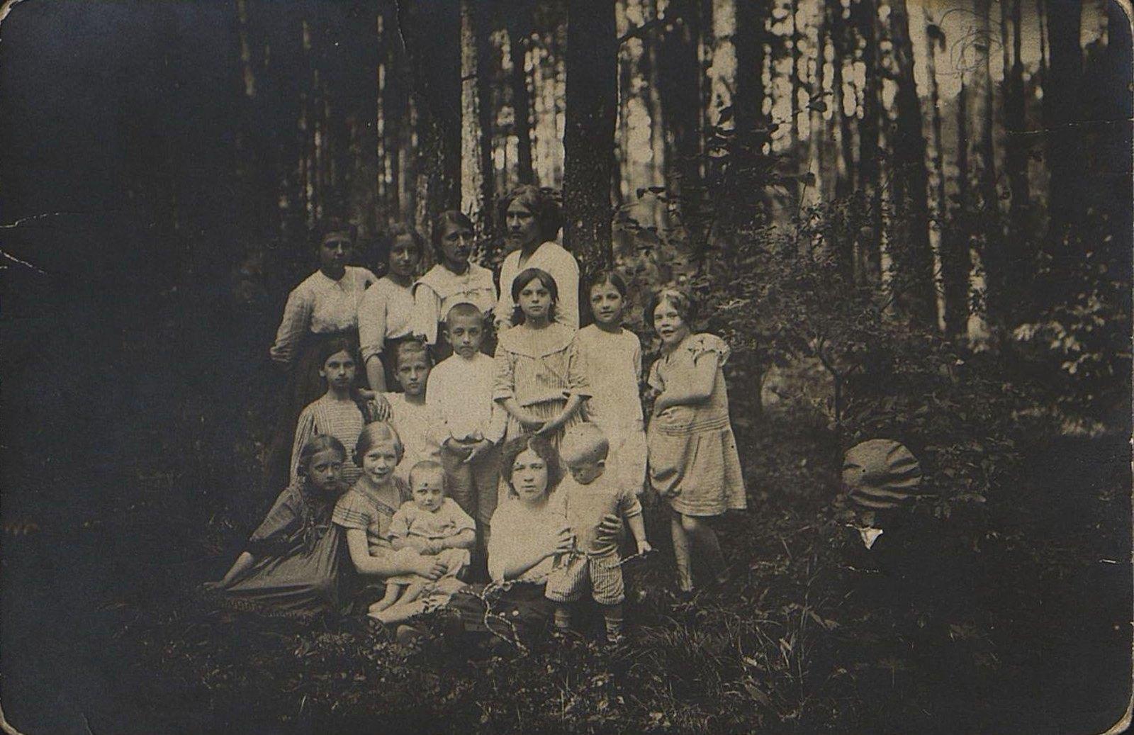 1910. Сёстры Усиевич Соня и Рая в группе