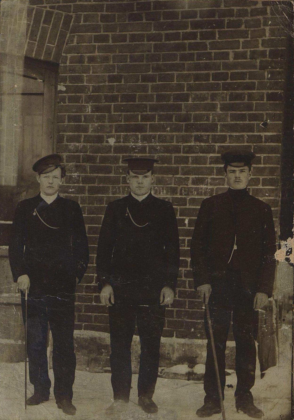 1905. Уткин С.Д. с товарищами на сахарном заводе