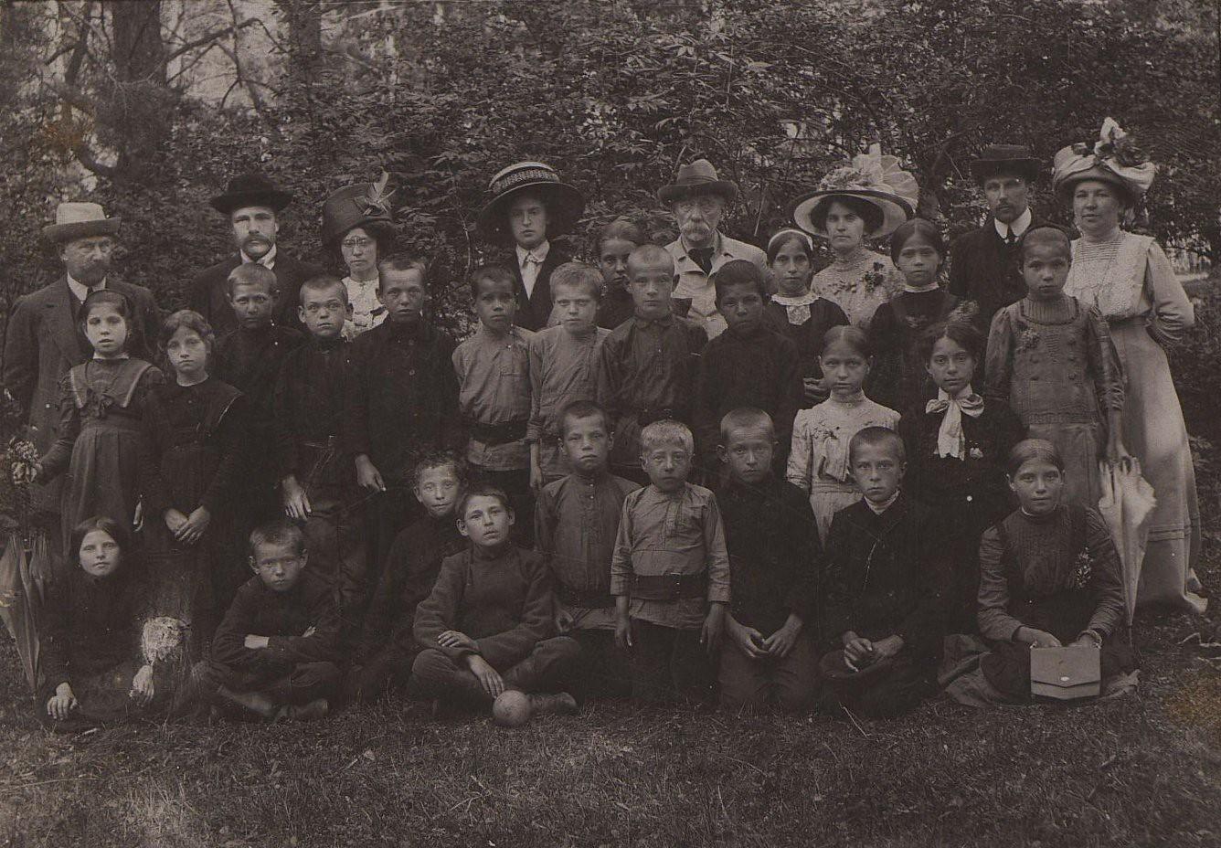 1900-е. Учащиеся 4-го класса школы при фабрике «Новая Мыза» с учителями. Серпухов