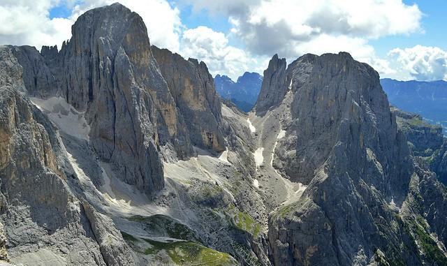 Salendo alla Cima Rosetta: la veduta sulla Pala di San Martino, il Passo di Ball, il Campanile Pradidali e la Cima di Roda (San Martino di Castrozza)