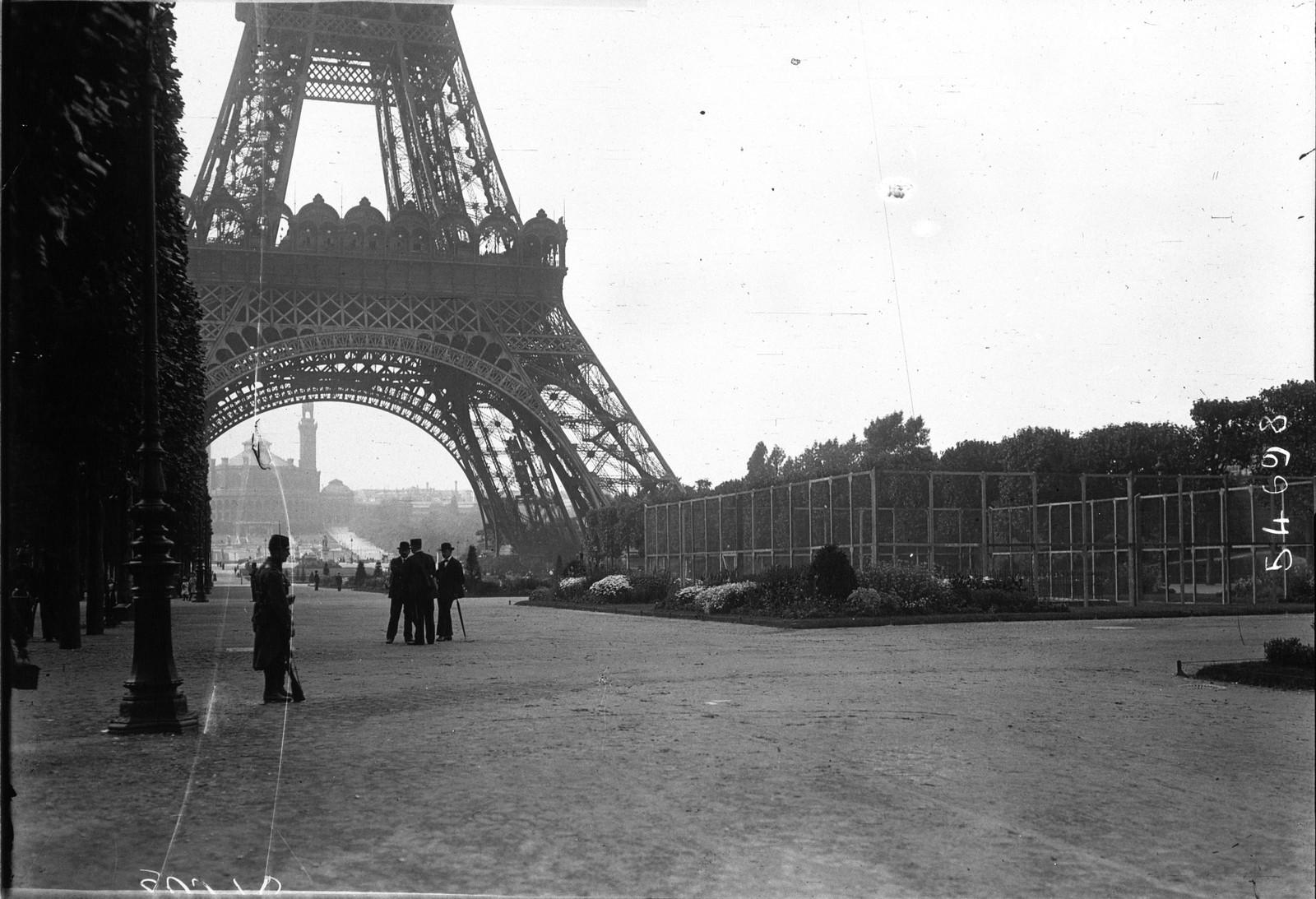 1914. Радиотелеграфная станция Эйфелевой башни охраняется военными