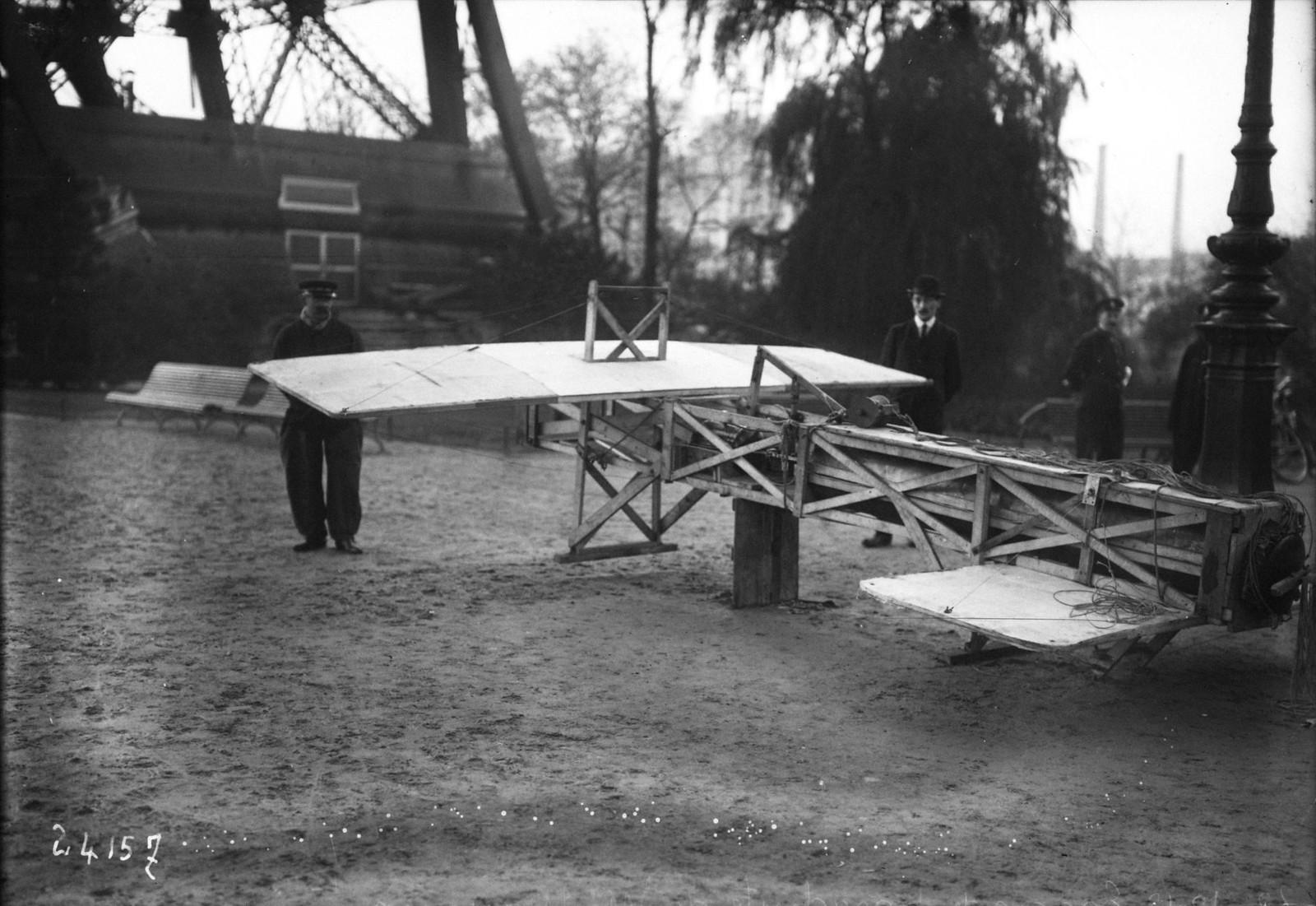 1912. Испытания парашюта М. Майу на Эйфелевой башне. Модель самолета, которая будет прикреплена к парашюту