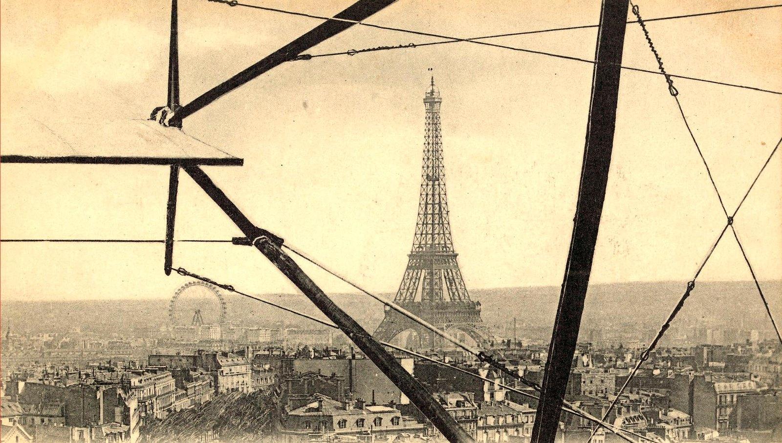 1911. Вид с воздуха на Эйфелеву башню через каркас биплана