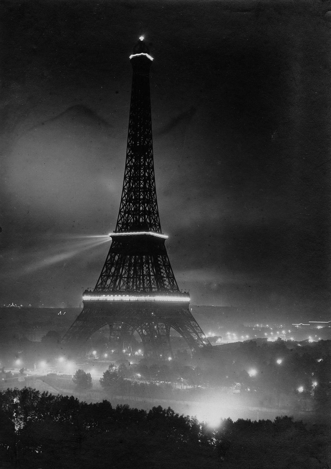 1919. Освещенная Эйфелева башня в ночь на 14 июля