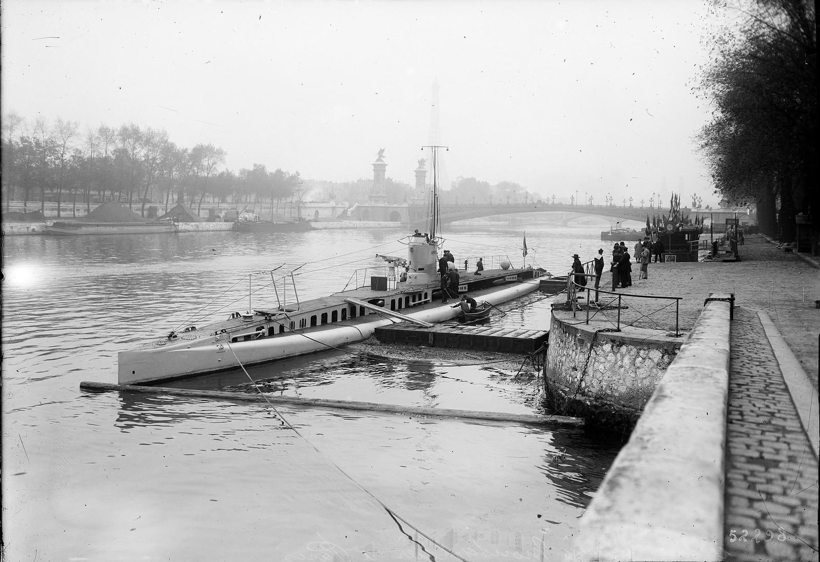 1918. Подводная лодка «Монгольфье» в Париже (порт Елисейских полей, с видом на мост Александра III и Эйфелеву башню), для кампании по подписке на «Заем свободы», 17 октября