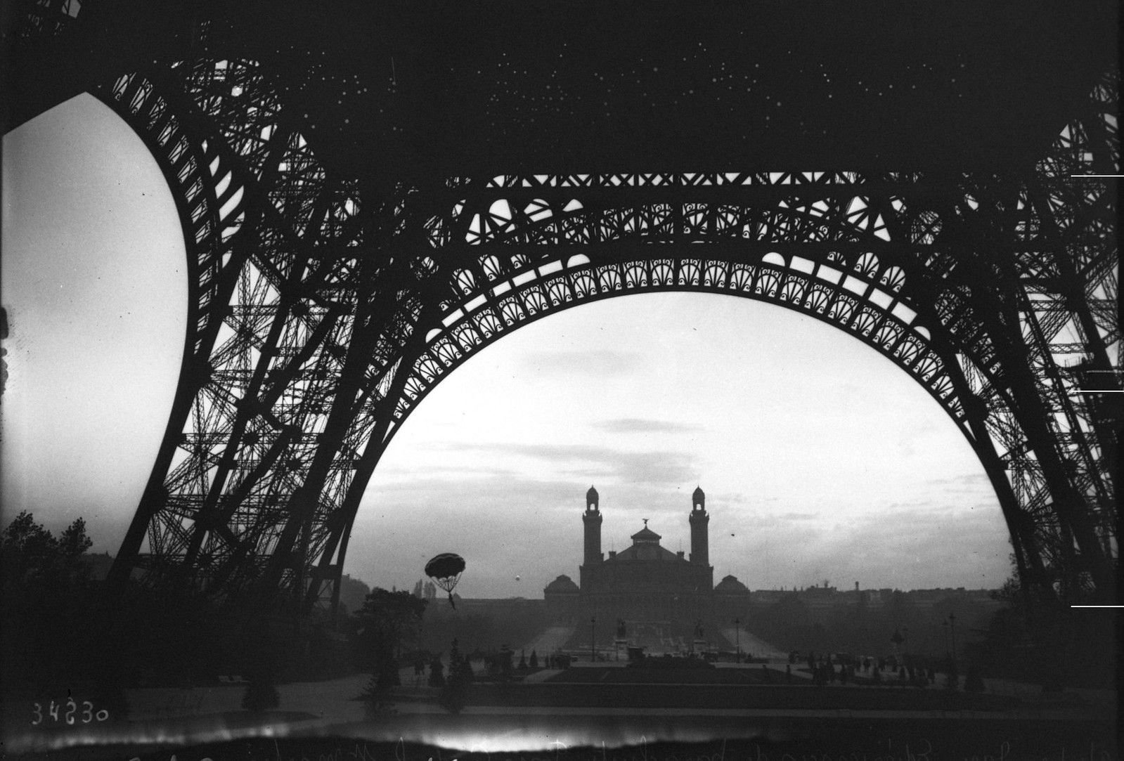 1913. Фон-Годаль и его опыт с парашютом на Сен-Мартене (вид из-под Эйфелевой башни, парашют в полете). 29 октября