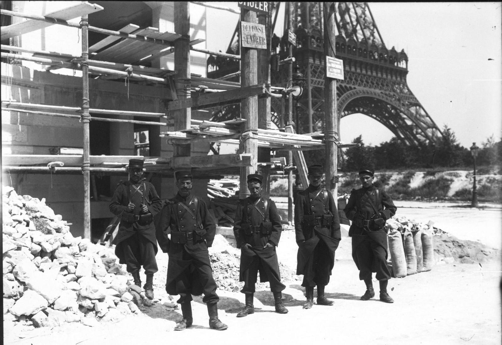 1911. Бастующие строители в здании около Эйфелевой башни