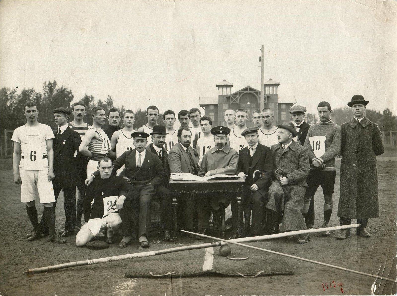 1913. Футбольная команда Коломенского гимнастического общества и футболисты из Раменского